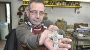 Giuseppe Albrizzi con la croce di Papa Francesco